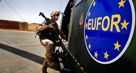 EU kan skicka soldater till områden där det är krig. Armén kallas EUFOR. Foto: TT