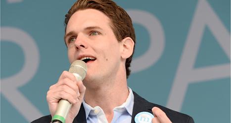 Christofer Fjellner pratar i mikrofon. Han är politiker för Moderaterna. Foto: TT