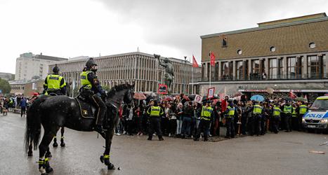 Många protesterade när Sverigedemokraterna hade möte i Göteborg. Foto: TT