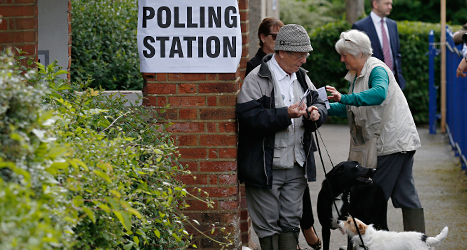 Människor i staden Cudham i Storbritannien ska rösta. Foto: AP/TT.