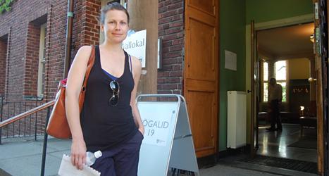 Jessica Skogman är på väg för att rösta när det bara är två timmar kvar av valet.