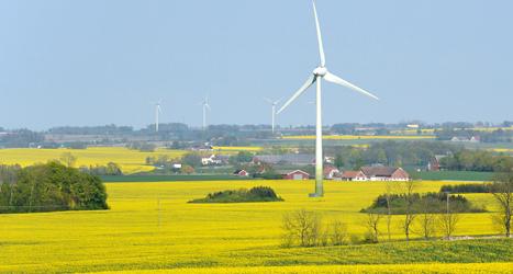 Ett vindkraftverk står på en åker nära staden Lund i Skåne. Foto: TT