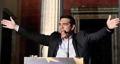 Det grekiska partiet Syrizas ledare Alexis Tsipras talar till folk i huvudstaden Aten på måndagen. Foto: AP/TT