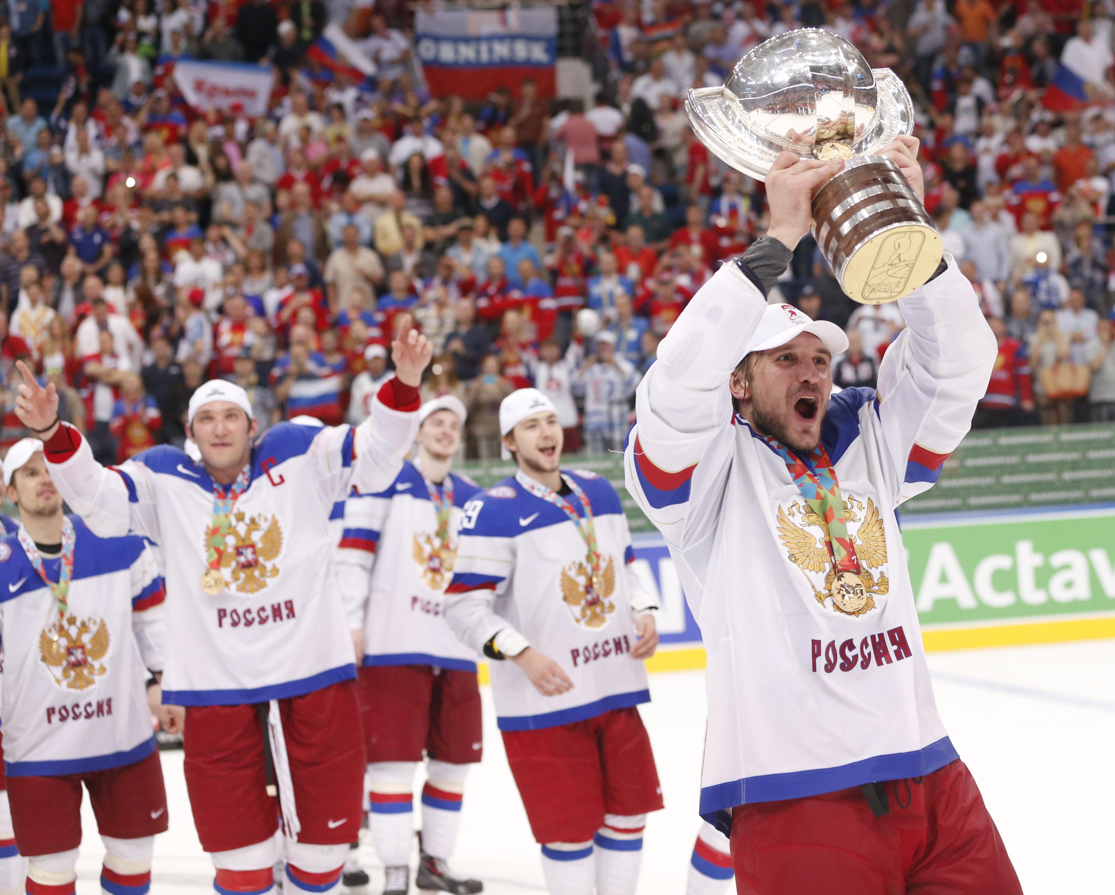 Ryska spelare firar VM-guldet i ishockey. Foto: TT