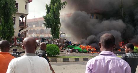 Svart rök sprider sig efter sprängningen i Abuja. Foto: AP/TT.