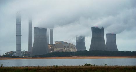 Kraftverk som använder kol släpper ut mycket av den farliga gasen koldioxid. Foto: John Amis AP/TT.