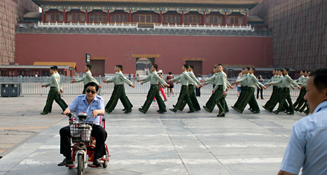 På Himmelska fridens torg vaktar militärer. Där får ingen ordna någon minneshögtid. Foto: Ng Han Guan /TT