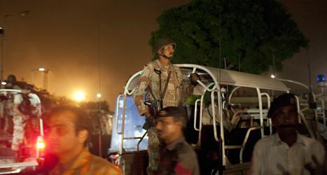 En pakistansk soldat vid flygplatsen i Karachi. Foto: Shakil Adil/TT.