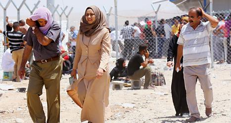 Människor flyr från staden Mosul sedan rebellerna tagit makten där. Foto: AP/TT.