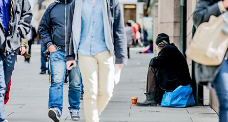 En tiggare utanför den norska riksdagens hus i Oslo.  Foto: Stian Lysberg/TT.