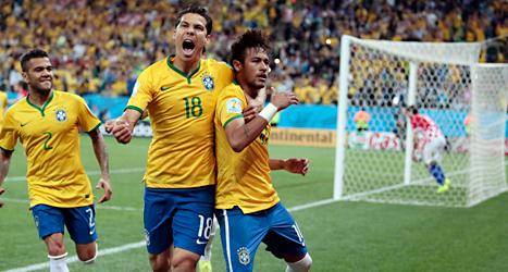 Brasiliens spelare jublar över Neymars mål på straff mot Kroatien. Foto: Ivan Sekretarev/TT.