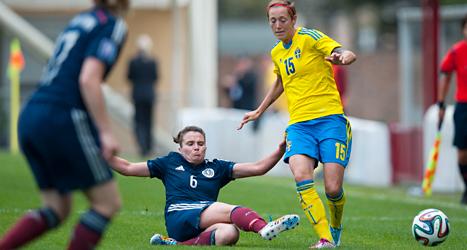 Therese Sjögran i kamp med två spelare i Skottland. Foto: Ross McDairmant/TT.
