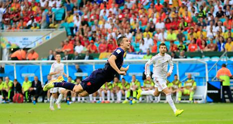 Holländaren Robin van Persie gjorde ett snyggt mål på nick mot Spanien i fotbolls-VM. Foto: Bernat Armangue/TT.