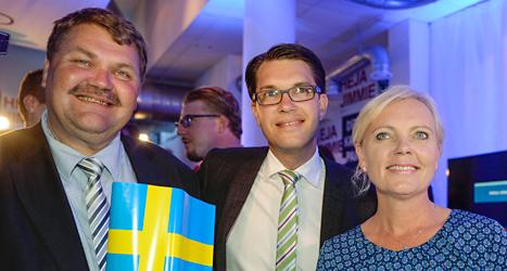 Sverigedemokraternas ledare Jimmie Åkesson med partiets EU-politiker Peter Lindgren och Kristina Winberg. Foto: TT