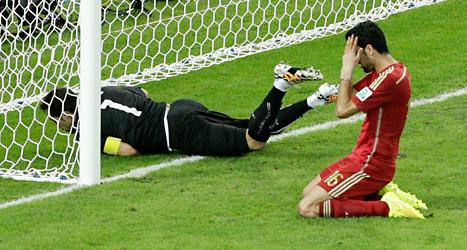 Den spanska spelaren Sergio Busquets deppar sedan Chile gjort mål. Foto: Christophe Ena/TT