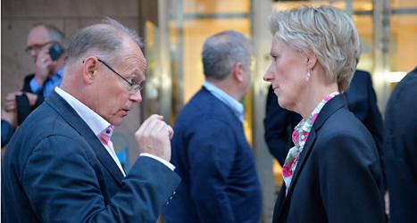 Janne Rudén i facket pratar med Beata Hammarskiöld  som är chef för företagarnas organisation Almega. Foto: Henrik Montgomery/TT.