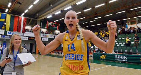 Sveriges Louice Halvarsson var en av de bästa svenska spelarna i EM-kvalet i basket. Foto: Bertil Ericson/TT.
