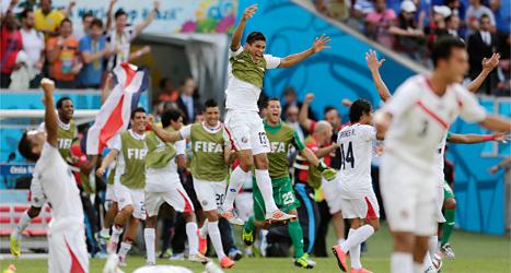 Costa Ricas spelare jublar över segern mot Italien. Foto: David Josek/TT.