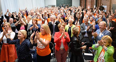Alla som var med på mötet skulle klappa i händerna, dansa och hurra. Foto: TT