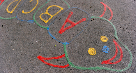 Ska barnen lära sig alfabetet redan i förskolan? Lisbeth vill veta vad politikerna tycker. Foto: TT