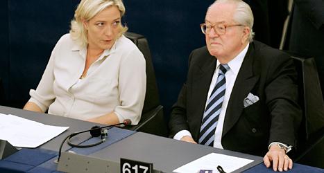 Marine Le Pen och hennes pappa Jean-Marie i Europaparlamentet. De är ledare för Nationella Fronten. Foto: TT
