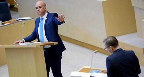 Statsminister Fredrik Reinfeldt och socialdemokraten Mikael Damberg diskuterar i riksdagen. Foto: Janerik Henriksson /TT