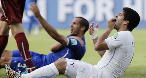 Luis Suárez i vitt och Giorgio Chiellini efter bettet. Foto: Ricardo Mazalan /TT