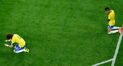 Brasiliens spelare deppar efter förlusten med 7-1 mot Tyskland. Foto: Felipe Dana/TT.