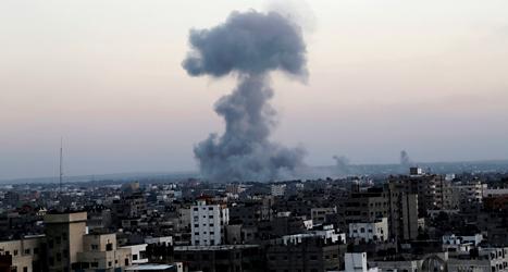 En bomb exploderar i området Gaza. Foto.AP/TT.