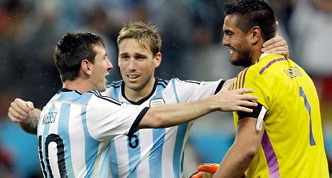 Argentinas spelare klappar om varandra efter segern mot Holland. Foto: Victor R Caivano/TT.