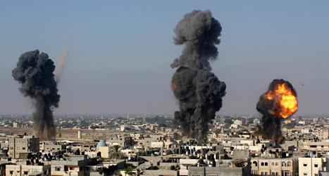 Bomber exploderar i det palestinska området Gaza.  Foto: Hatem Ali/TT.