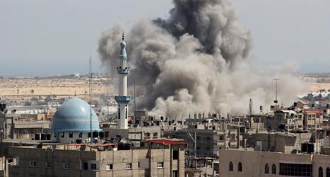 En israelisk bomb exploderar i området Gaza. Foto: Haten Ali/TT.