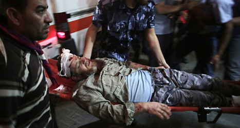 En skadad palestinsk man får hjälp. Foto: AP/TT.