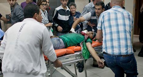 En skadad palestinier tas till sjukhus. Foto: Nasser Nasser/TT.
