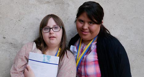 Anna och Victoria vill gärna vara med i tv och tidningar. Foto: Moa Candil