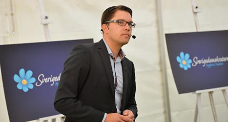 Sverigedemokraternas ledare Jimmie Åkesson pratade med journalister på tisdagen. Foto: TT