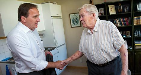 Stefan Löfven hälsar på Helge Person som bor på ett hem för gamla i Bromma. Foto: TT