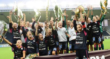 Linköpings lag jublar efter finalen i Svenska Cupen. De vann för fjärde gången. Foto: Fredrik Persson /TT