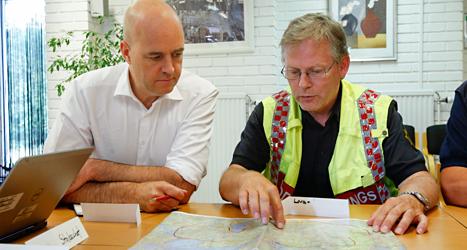 Statsminister Fredrik Reinfeldt tillsammans med räddningsledare Lars-Göran Uddholm. Foto: Fredrik Persson /TT