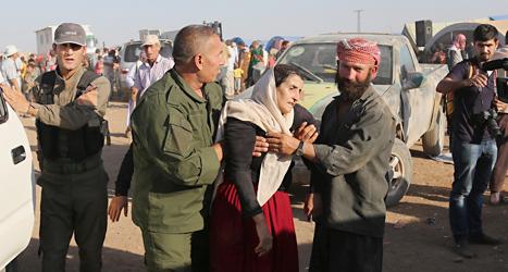 En kvinna ur folkgruppen yazidier får hjälp. Hon har lyckats ta sig till ett läger för flyktingar i Syrien. Foto: Khalid Mohammed /TT
