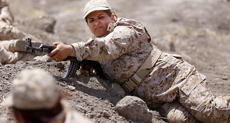 En kurdisk soldat tränar i norra Irak. De kurdiska soldaterna ska få hjälp i striderna mot IS. Foto: AP /TT