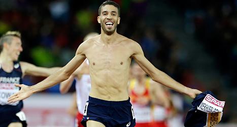 Mahiedine Mekhissi-Banabbad springer i mål med tröjan i handen. Därför förlorade han sin medalj. Foto: Petr David Josek /Scanpix