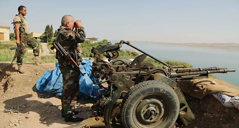 Kurdiska soldater håller vakt i närheten av staden Mosul i Irak. Foto: Khalid Mohammed /TT