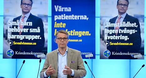 Göran Hägglund framför några av Kristdemokraternas valaffischer. Foto: Janerik Henriksson/TT