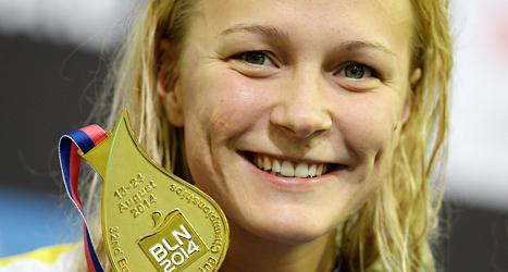 Sarah Sjöström med sin guldmedalj. Foto: Michael Sohn /TT