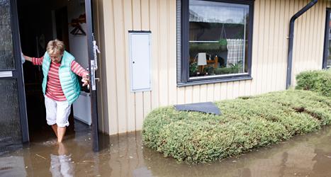 Ulla Westbeck i Getinge har fått in vatten i sitt hus. Foto: Anders Andersson /TT