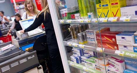 Alvedon och andra mediciner på en hylla i en mataffär. Foto: Fredrik Sandberg /TT