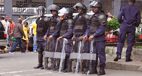 Poliserna vaktar i staden Monrovia i Liberia. Det har blivit bråk sedan regeringen stängde av ett område i staden. Foto: Adam Warzawa, EPA /TT