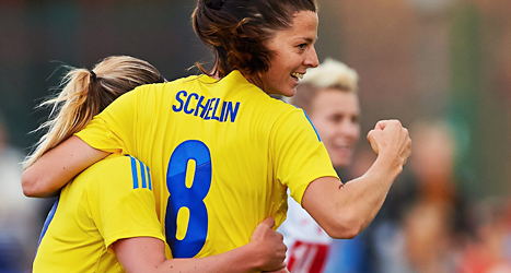 Lotta Schelin är glad. Hon gjorde två mål i matchen mot Polen. Foto: EPA /TT