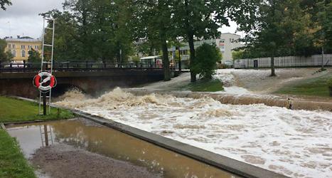 Floden Varnan svämmade över i staden Kristinehamn på torsdagen. Foto: Anders Kjellberg, TT